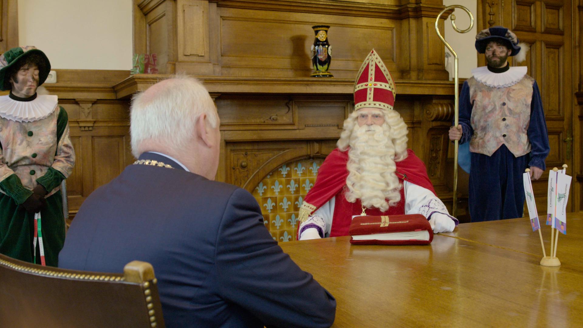 Sinterklaas in Deurne ontvangen door burgemeester Hilko Mak